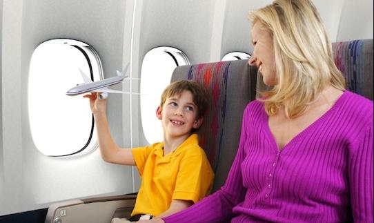 sử dụng nút bịt tai chống ồn khi đi máy bay