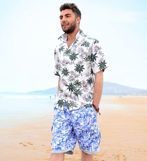 mix đồ đi biển cho nam với áo sặc sỡ