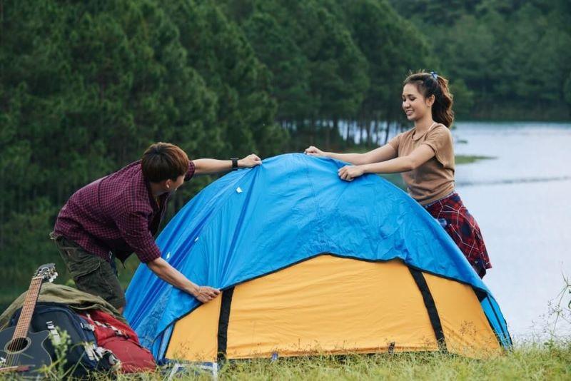 Lắp tấm rainfly lên trên lều cắm trại